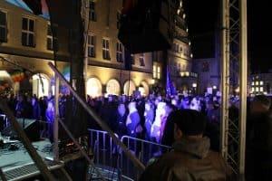 Demonstranten vor der Bühne am historischen Rathaus in Münster/West.